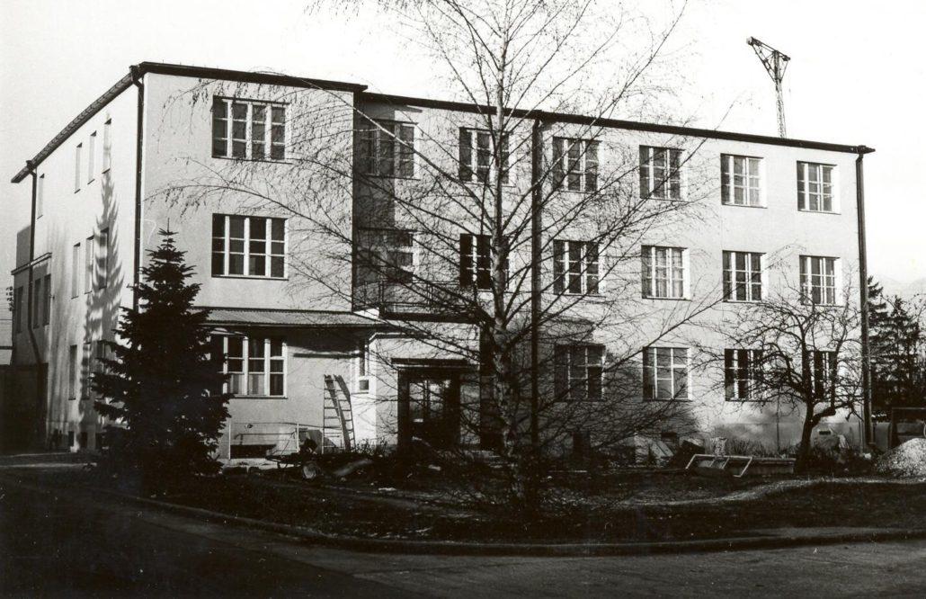 ukončená výstavba budovy pre služobné byty pre zamestnancov, neskôr sa do budovy presťahovalo krčné (1947) aočné oddelenie  (1959)